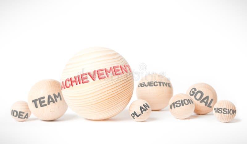 Bolas de madera con concepto del logro imagen de archivo