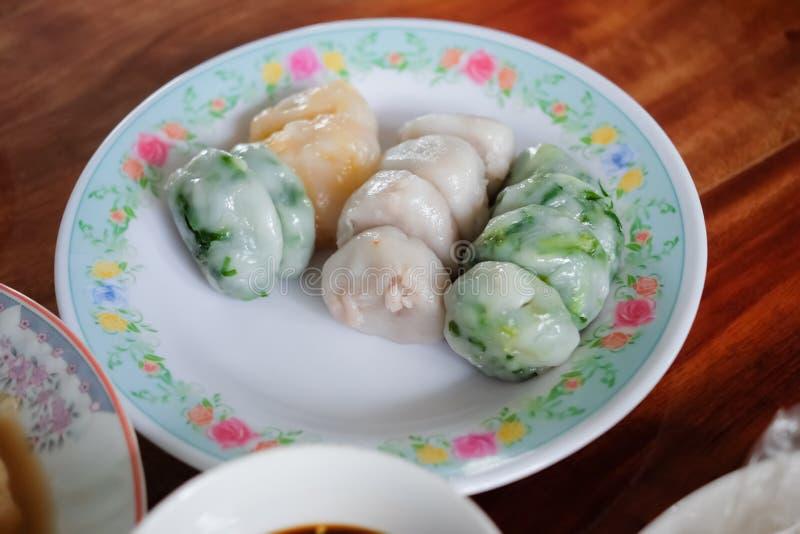 Bolas de masa hervida cocidas al vapor o Kanom Kuicheai de las cebolletas en una placa por Año Nuevo chino fotos de archivo