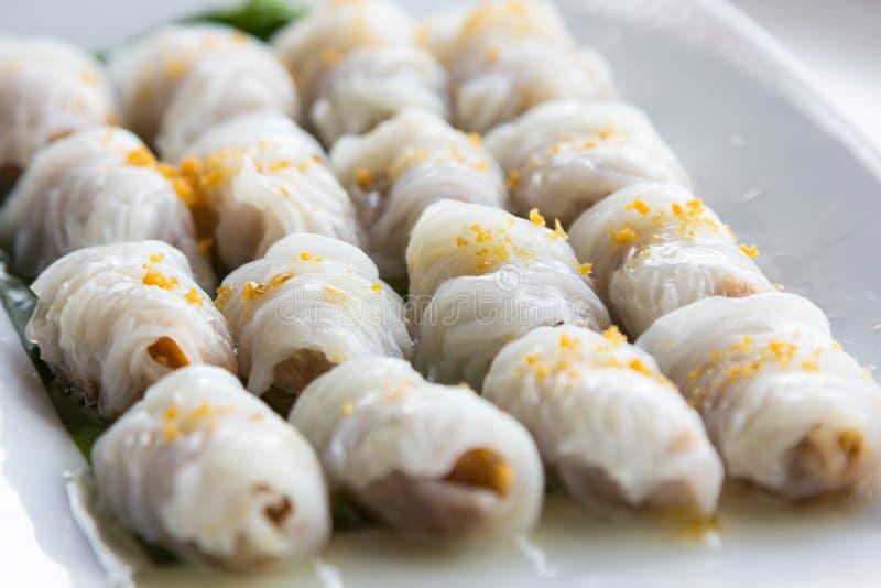 Bolas de masa hervida de la arroz-piel y bolas cocidas al vapor de la tapioca con el relleno del cerdo fotos de archivo
