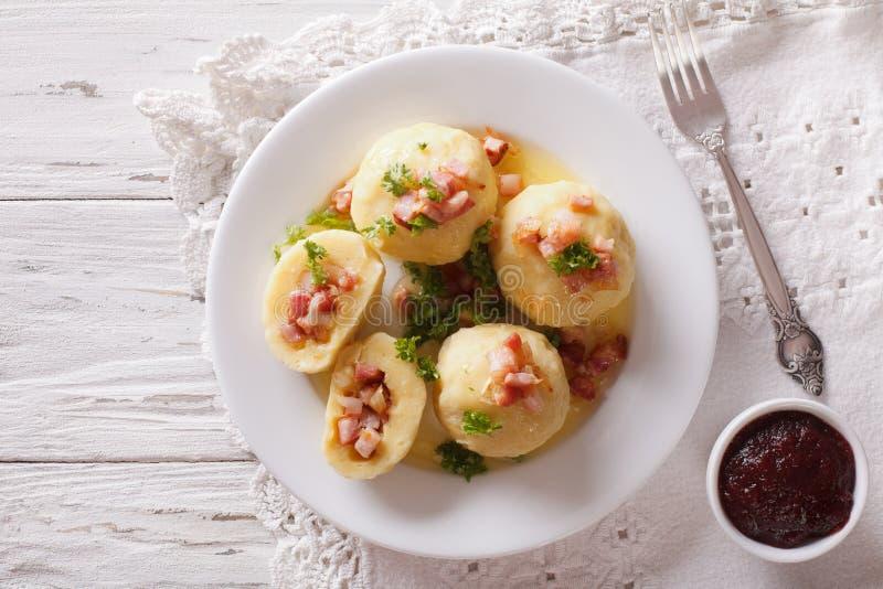 Bolas de masa hervida de la patata rellenas con el primer del jamón, del tocino y de la cebolla Hor imagen de archivo