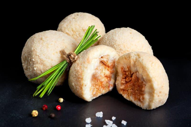 Bolas de masa hervida de la patata rellenas con la carne picadita migajas de pan listas para freír fotografía de archivo