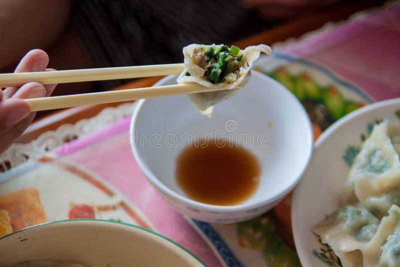 Bolas de masa hervida del chino tradicional Cocinar las bolas de masa hervida hechas en casa con la carne y los verdes fotografía de archivo