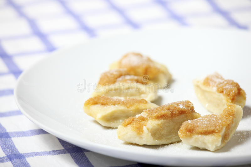 Bolas de masa hervida del queso con las migajas de pan fotos de archivo libres de regalías