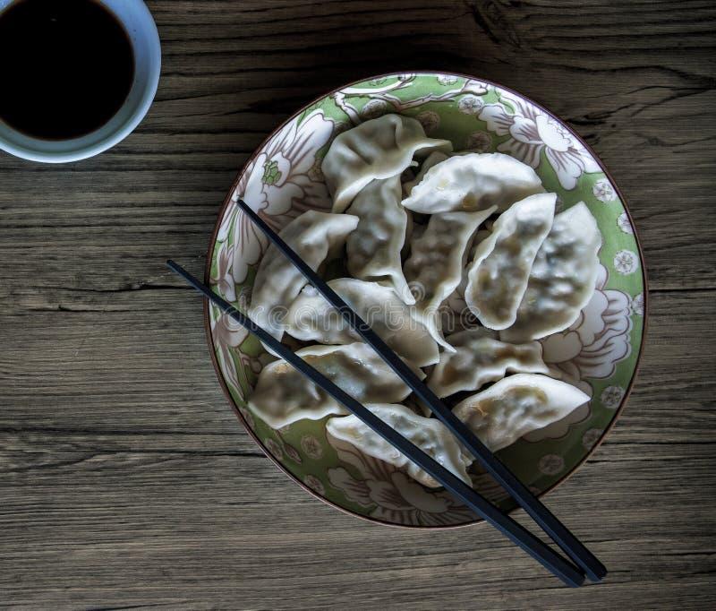 Bolas de masa hervida en placa en fondo de madera Foto china de la opinión superior del plato de la cocina Las bolas de masa herv fotos de archivo libres de regalías