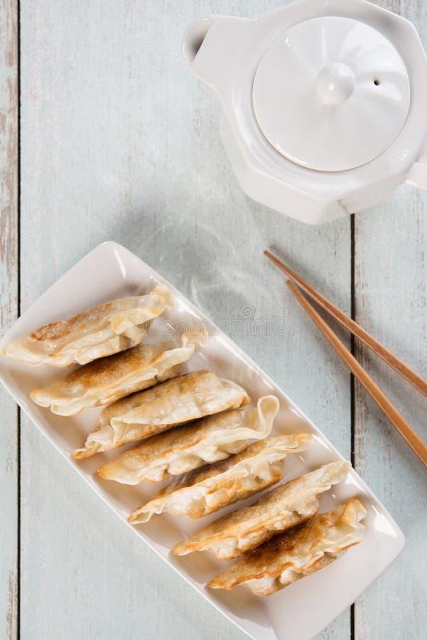 Bolas de masa hervida fritas cacerola asiática de la comida de la visión superior fotografía de archivo libre de regalías