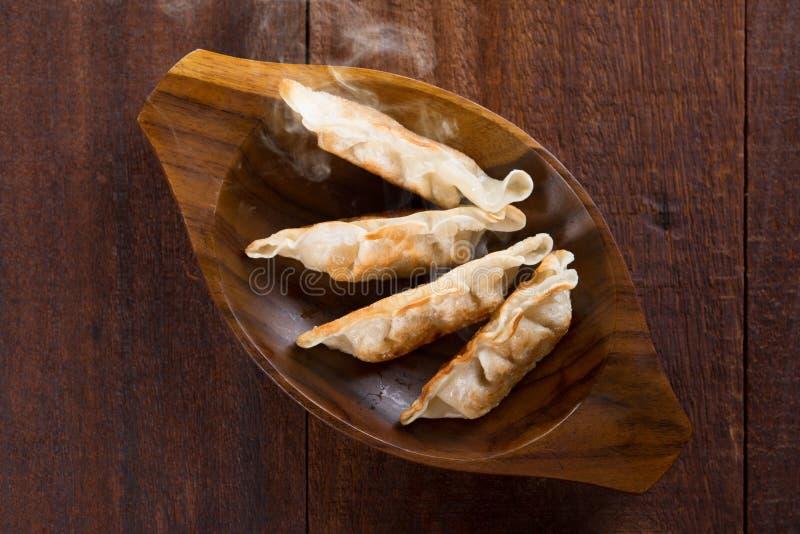 Bolas de masa hervida fritas cacerola asiática de la comida de la visión superior imagenes de archivo