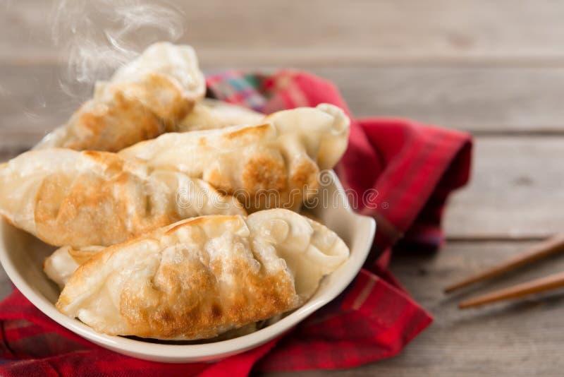 Bolas de masa hervida fritas cacerola asiática popular de la comida fotografía de archivo