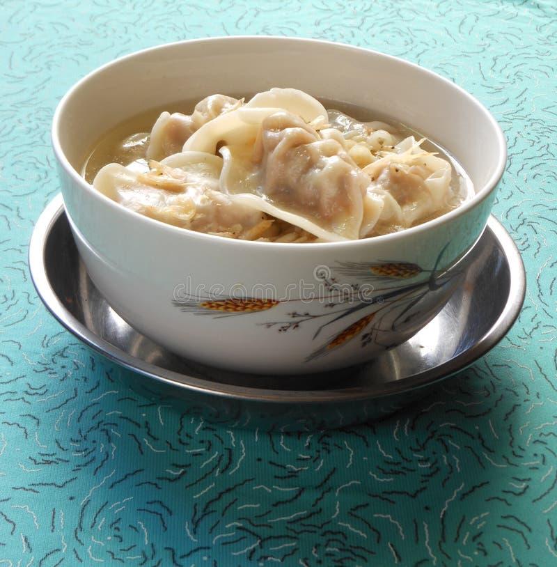 Bolas de masa hervida hervidas en sopa secada del camarón imágenes de archivo libres de regalías