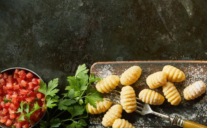 Bolas de masa hervida italianas hechas a mano crudas del gnocchi fotos de archivo