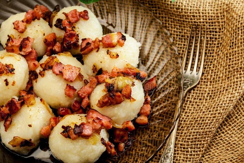 Bolas de masa hervida de la patata rellenas con la carne imagen de archivo libre de regalías