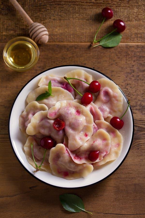 Bolas de masa hervida, llenadas de las cerezas Varenyky, vareniki, pierogi, pyrohy - bolas de masa hervida con el relleno fotografía de archivo libre de regalías