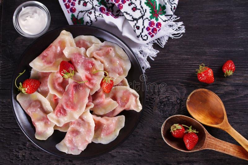 Bolas de masa hervida, llenadas de las fresas Varenyky, vareniki, pierogi, pyrohy - bolas de masa hervida con el relleno foto de archivo libre de regalías