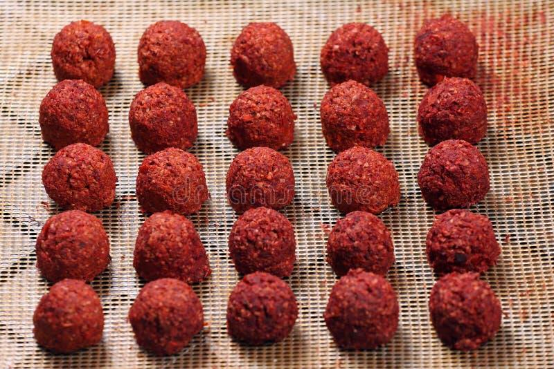 Bolas de masa hervida picantes del garbanzo del alimento biológico totalmente crudo preparadas imágenes de archivo libres de regalías
