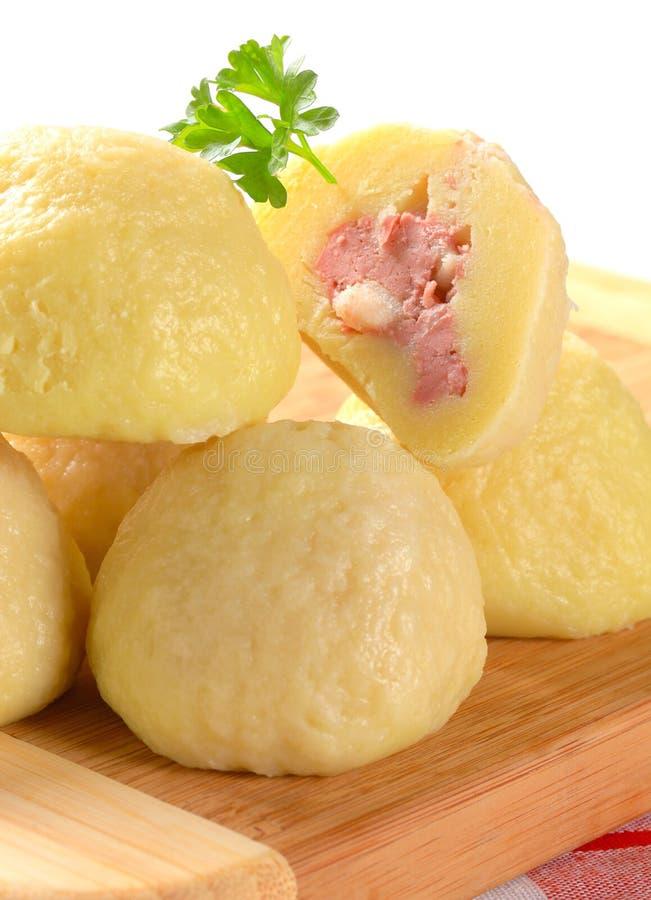 Bolas de masa hervida rellenas carne de la patata fotos de archivo