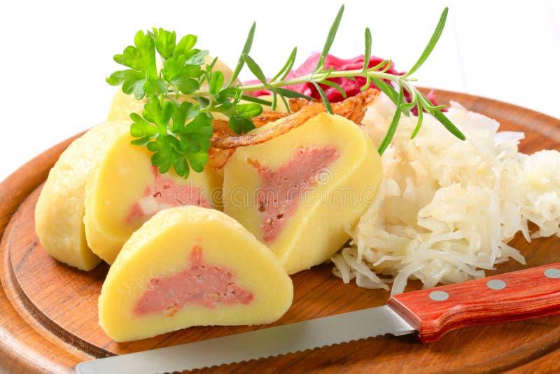 Bolas de masa hervida rellenas carne de la patata con la col fotos de archivo