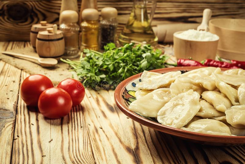 Bolas de masa hervida de Vareniki, pierogi - comida ucraniana tradicional, Cooke fotos de archivo