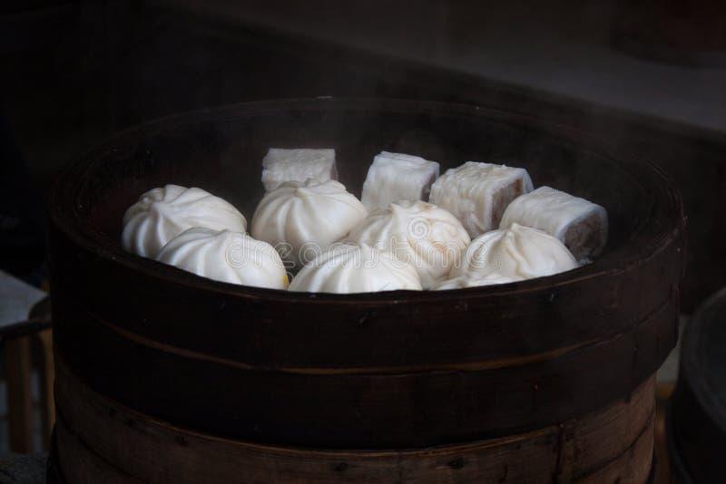 Bolas de masa hervida y un poco de otra comida cocida al vapor foto de archivo libre de regalías