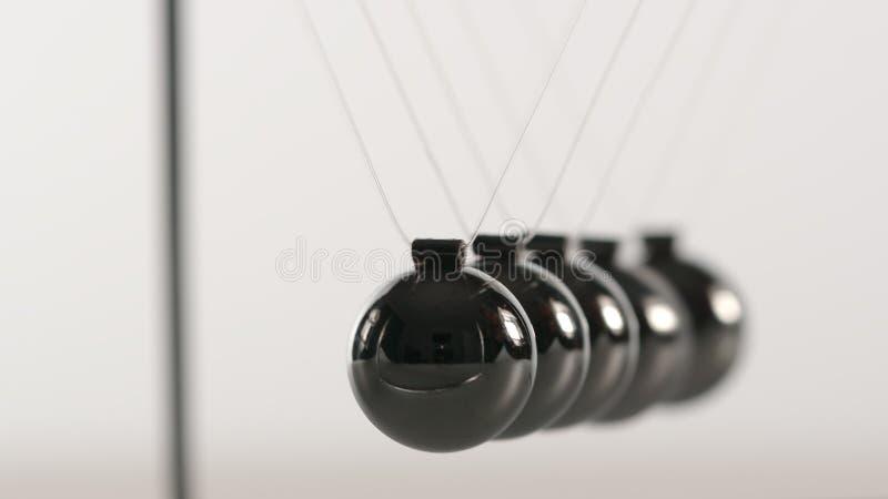 Bolas de Newton do equilíbrio - ascendente próximo imagem de stock