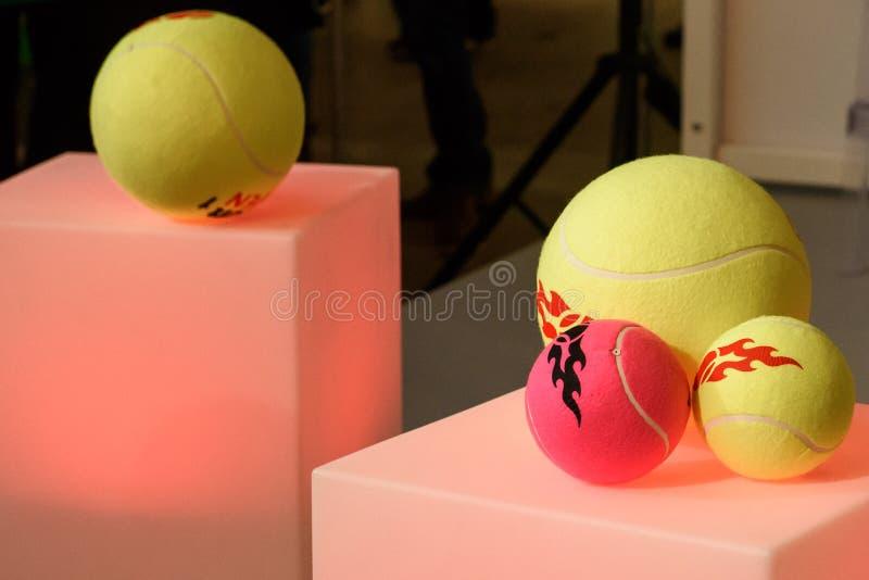 Bolas de tênis como lembranças e presentes para fãs fotos de stock