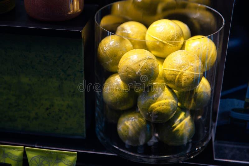 Bolas de Tenniss en una ventana de exhibición de la tienda imagenes de archivo