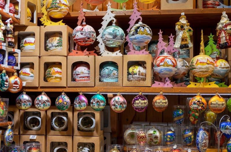 Bolas de vidro decorativas pintadas do Natal para a venda no mercado do artesanato imagem de stock royalty free