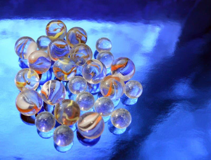 Bolas de vidro em um fundo metalizado azul foto de stock