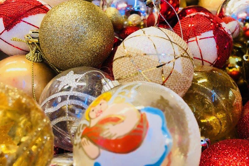 Bolas decorativas del árbol de navidad en oro y rojo imágenes de archivo libres de regalías