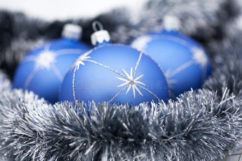 Bolas del azul de la Navidad imagenes de archivo