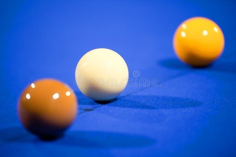 Bolas del billar en el fieltro del azul fotografía de archivo