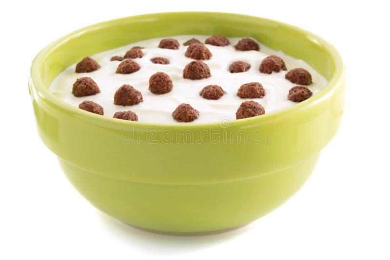 Bolas del chocolate del cereal en cuenco imagen de archivo libre de regalías