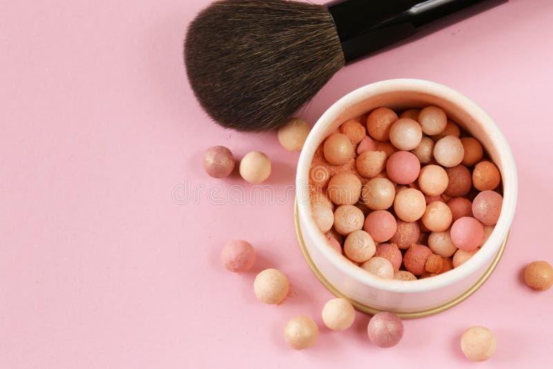 bolas del colorete de los cosméticos en el banco imagen de archivo