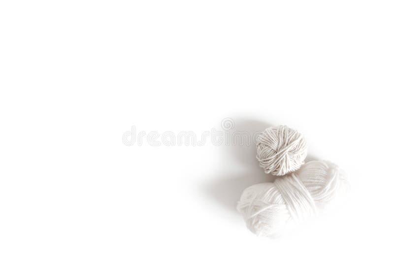 Bolas del hilado blanco Madeja aislada del logotipo del boho de las lanas Espacio para el texto foto de archivo