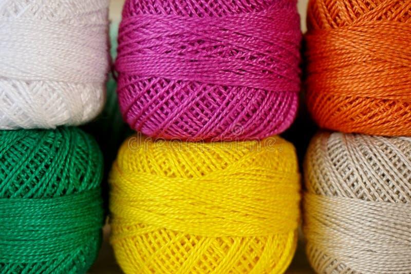 Bolas del hilado coloreado Hilado para hacer punto de diversos colores imagen de archivo libre de regalías