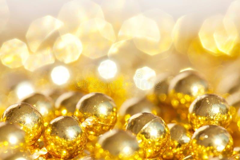 Bolas del oro de la Navidad imágenes de archivo libres de regalías