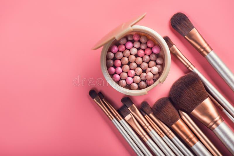 Bolas del polvo y cepillo cosmético fotos de archivo
