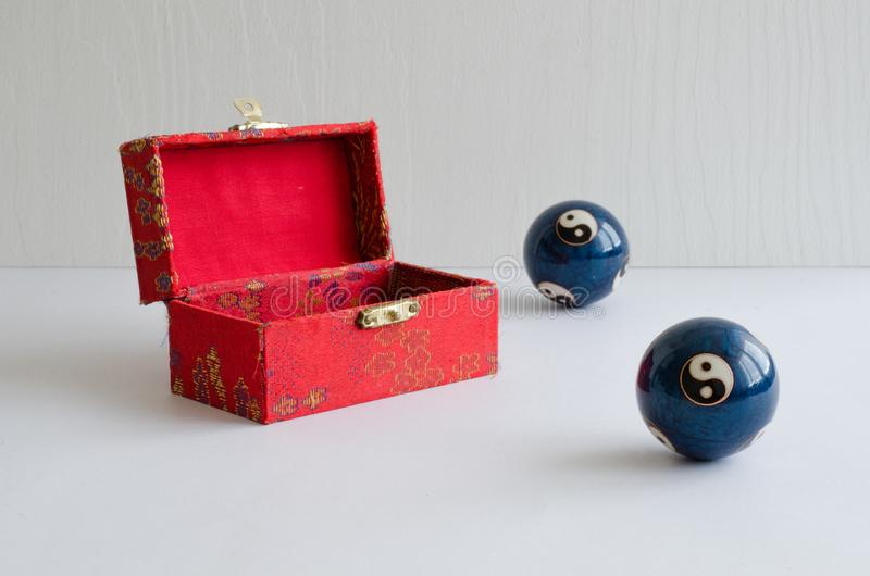 Bolas del yin y de yang La fuerza del yin y la fuerza de yang son dos porciones ligadas de un conjunto foto de archivo libre de regalías