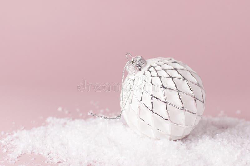 Bolas do ano novo do Natal do vintage na neve no espaço colocado liso da cópia do fundo do rosa Quinquilharias do feriado, decora fotografia de stock royalty free