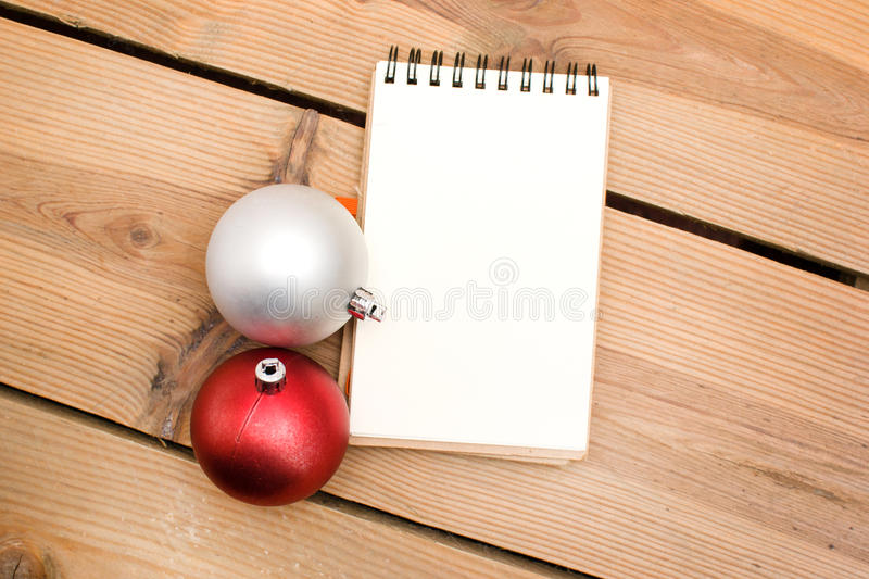 Bolas do caderno e do Natal foto de stock royalty free