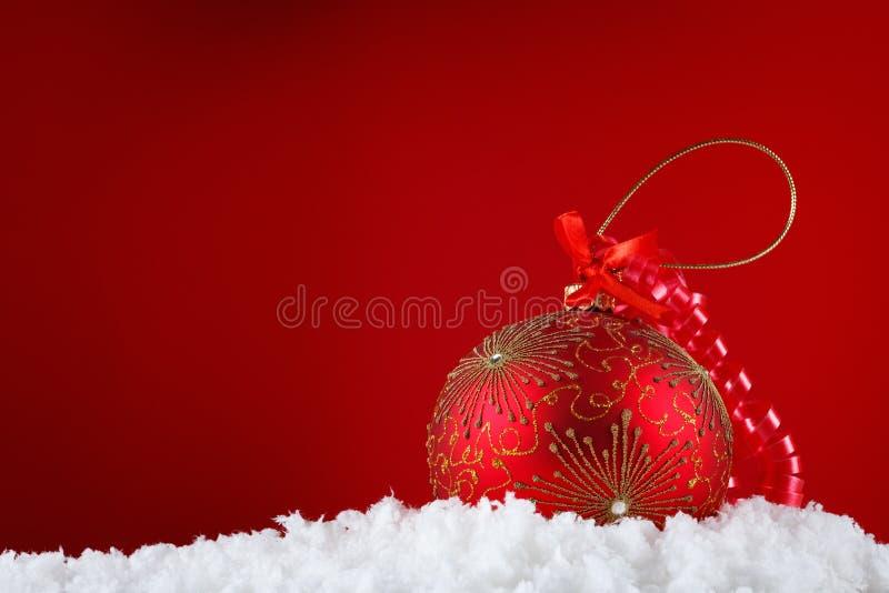 Bolas do conceito do Feliz Natal na neve, cumprimentando imagens de stock