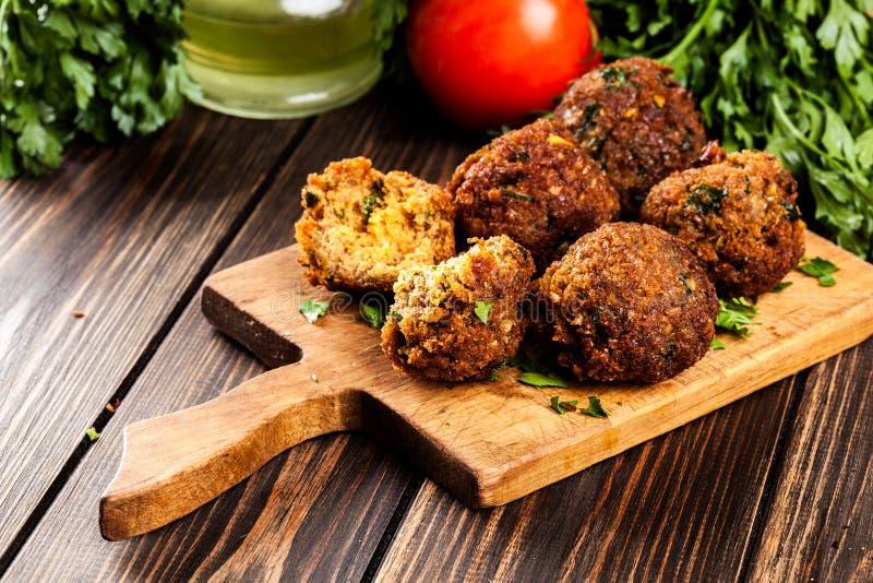 Bolas do falafel do grão-de-bico com vegetais fotografia de stock royalty free