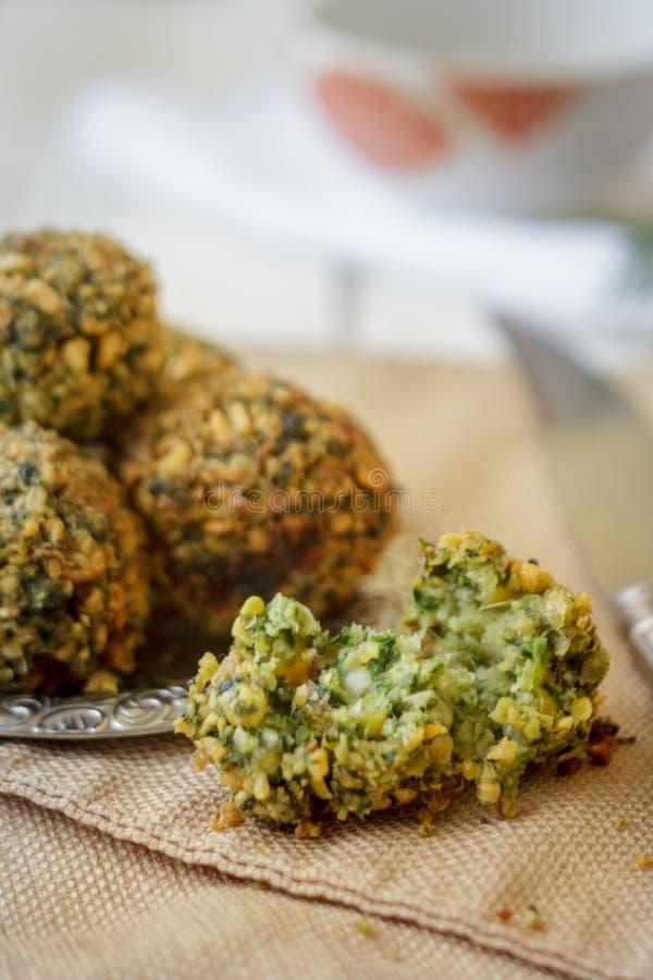 Bolas do falafel do grão-de-bico na placa de metal O Falafel é prato de vegetariano imagens de stock