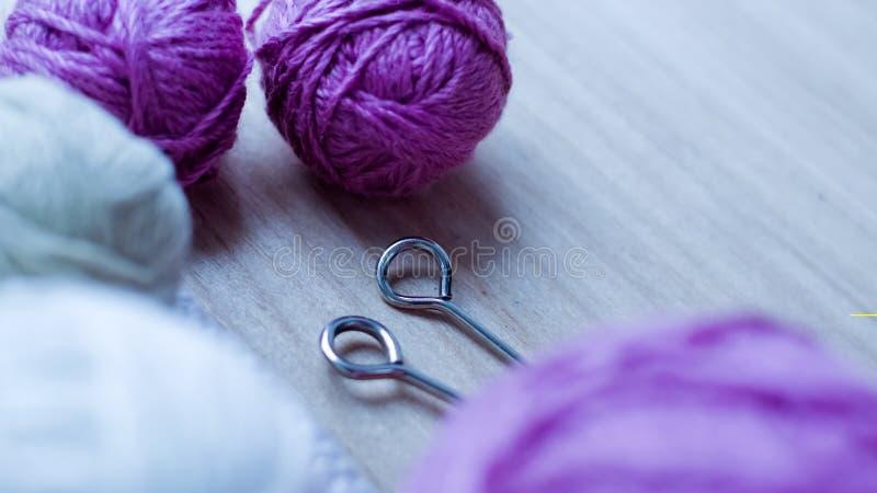 Bolas do fio de lã para fazer malha na tabela Roupa morna louca foto de stock royalty free
