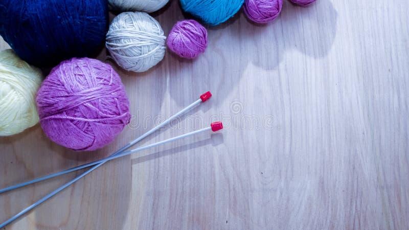 Bolas do fio de lã para fazer malha na tabela Roupa morna louca imagens de stock royalty free