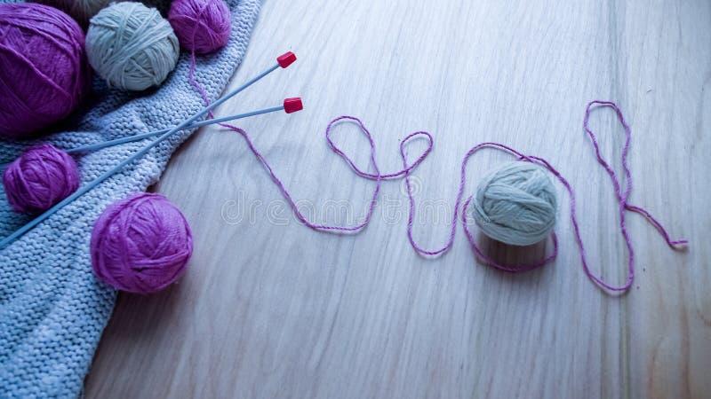 Bolas do fio de lã para fazer malha na tabela Roupa morna louca imagem de stock royalty free