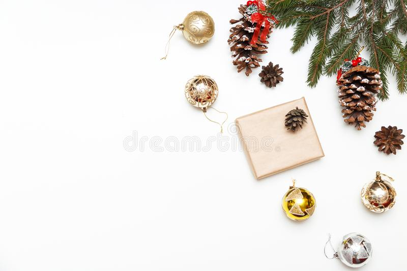 Bolas do Natal, caixa de presente com árvore de abeto e cone das coníferas no fundo de madeira, vista superior Copie o espaço imagens de stock