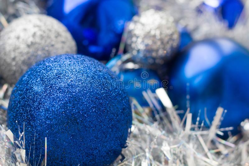 Bolas do Natal das cores diferentes, azul, brancas no close-up do ouropel fotografia de stock