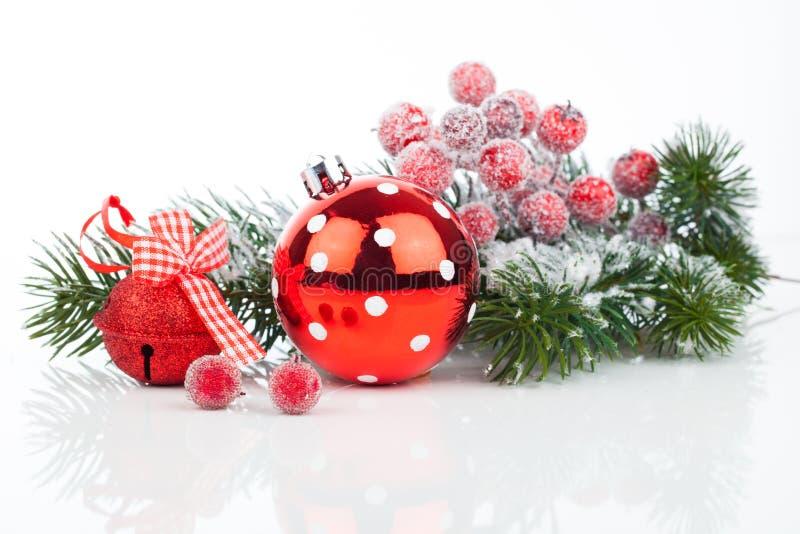 Bolas do Natal e ramos do abeto com decorações fotografia de stock royalty free