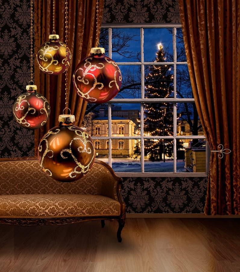 Bolas do Natal na sala, janela da opinião da cidade imagem de stock