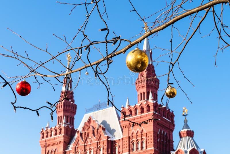 Bolas do Natal no fim do galho acima na cidade de Moscou imagens de stock