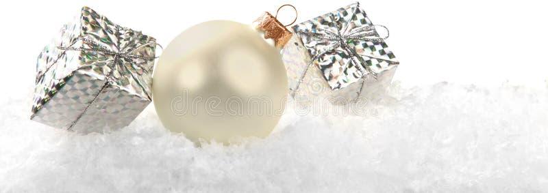 Bolas do Natal nos flocos de neve no fundo imagem de stock royalty free